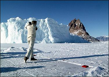 <font size=2>A golfer swings at the Drambuie World Ice Golf Championships in Uummannaq, Greenland, in 2000. Some golfers teed off this week in an ice-breaking tournament in the Svalbard islands near the North Pole(AFP/NORDFOTO/File) </font>