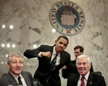 U.S. Democratic party Senator Barack Obama (C) (D-IL) poses alongside Republican Senators Chuck Hagel (L) (R-NB) and Richard Lugar (R-IN) at the start of the Senate Foreign Relations Committee business meeting on Iraq resolution, on Capitol Hill in Washington, January 24, 2007. Democrats took the first step toward a wartime repudiation of President Bush on Wednesday, convening a Senate committee to endorse legislation declaring that the deployment of additional troops to Iraq is 'not in the national interest.' REUTERS/Jason Reed (UNITED STATES)