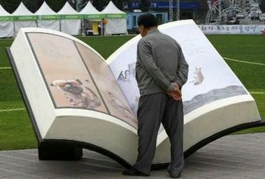 A man looks at a book-shaped sculpture at the Life Long Learning Festival in Seoul October 4, 2007. REUTERS/Kim Kyung-Hoon (SOUTH KOREA)
