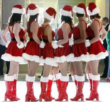 Hostesses pose for a photograph while dressed as Santa Claus at the after-party for the premiere of 'Fred Claus' in Los Angeles November 3, 2007. The movie opens in the U.S. on November 9. REUTERS/Mario Anzuoni (UNITED STATES)