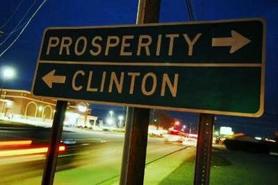 A road sign points the way to nearby towns Clinton and Prosperity in Newberry, South Carolina, January 25, 2008. US Democratic presidential candidates Senator Hillary Clinton (D-NY), former Senator John Edwards (D-NC) and Senator Barack Obama (D-IL) have been criss-crossing South Carolina ahead of the state's Democratic primary election. REUTERS/Jonathan Ernst (UNITED STATES) US PRESIDENTIAL ELECTION CAMPAIGN 2008 (USA)