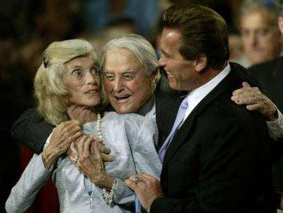 California gubernatorial candidate Arnold Schwarzenegger (R) celebrates with his wife's parents, Sargent and Eunice Shriver (L) as they celebrate his win in the California recall election at the Century Plaza Hotel in Los Angeles, October 7, 2003. REUTERS/Blake Sell