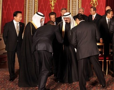 US President Barack Obama, center, back to camera, greets King Abdullah of Saudi Arabia, center, before the official G20 leaders group photo with Britain's Queen Elizabeth II at London's Buckingham Palace, Wednesday, April 1, 2009. (AP Photo/John Stillwell/pool)