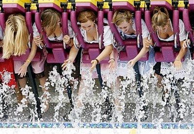 Oktoberfest ride : Women wearing traditional Bavarian dirndl dresses ride on the 'Top-Spin' at the start of the Oktoberfest beer festival at the 'Theresienwiese' in Munich, southern Germany. (AFP/DDP/Timm Schamberger)