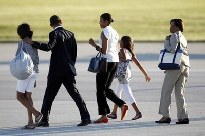 US President Barack Obama (2L), First Lady Michelle Obama (C), their daughters Malia (L) and Sasha (2R) and their grandmother Marian Robinson. Obama and his family returned to their former home city of Chicago for a Memorial Day weekend stay to be interrupted by a brief presidential trip to oil-stricken Louisiana. (AFP/Getty Images/Jeff Haynes)