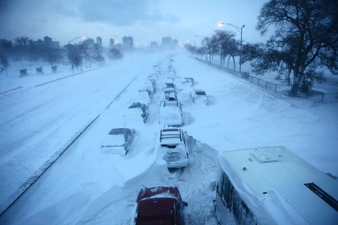 A winter blizzard in Chicago stranded hundreds of drivers for up to 12 hours overnight on Lake Shore Drive. Photo: E. Jason Wambsgans, Chicago Tribune.