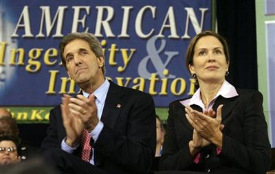 John Kerry with Dana Reeve, widow of actor Christopher Reeve, in Columbus, Ohio before the start of Kerry's speech about technology and innovation.