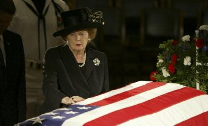 Former British Prime Minister Margaret Thatcher pauses at the casket of former President Ronald Reagan where he was lying in state in the Capitol Rotunda on Capitol Hill in Washington, Wednesday, June 9, 2004. (AP Photo/Ron Edmonds)