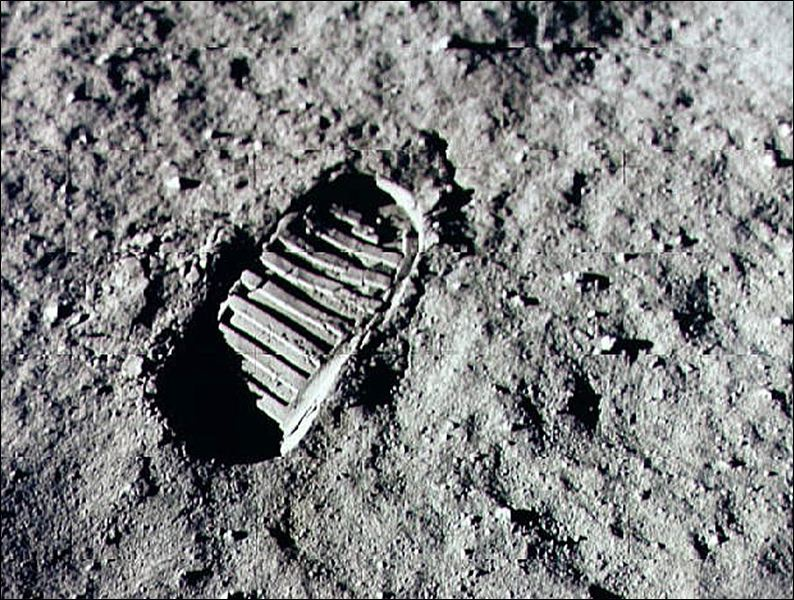 Neil-Armstrong-steps-into-history